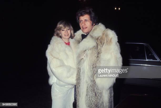 Le chanteur Joe Dassin et sa compagne Christine Delvaux le 3 février 1977 à Paris France