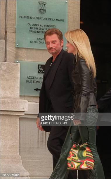 Le chanteur Johnny Hallyday et sa femme Laeticia Hallyday quittent le 11 octobre 1999 la mairie de NeuillysurSeine à l'issue du mariage civil du...