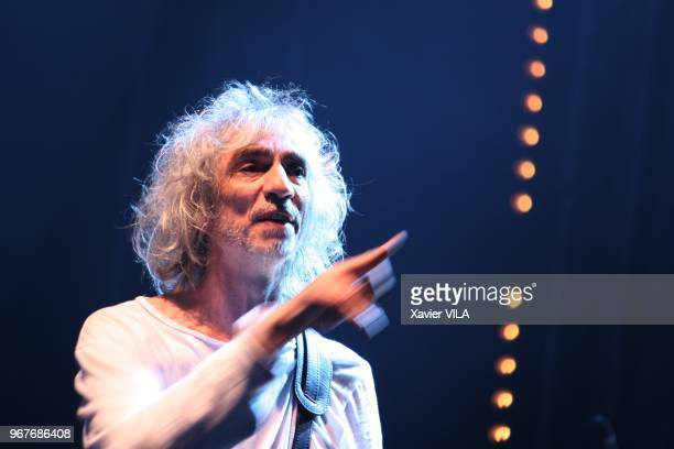 Le chanteur Louis Bertignac apporte son soutien a la candidature d'Annecy pour les Jeux Olympiques d'Hiver de 2018 en se produisant lors d'un concert...
