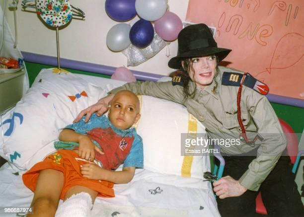 Le chanteur Michael Jackson rend visite à un enfant malade dans un hôpital de TelAviv en septembre 1993 Israël