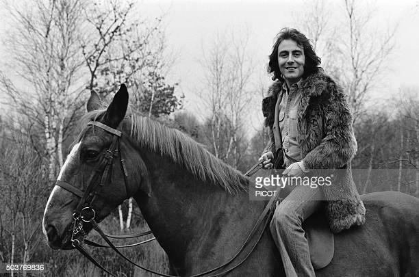 Le chanteur Michel Delpech à cheval en France en décembre 1974