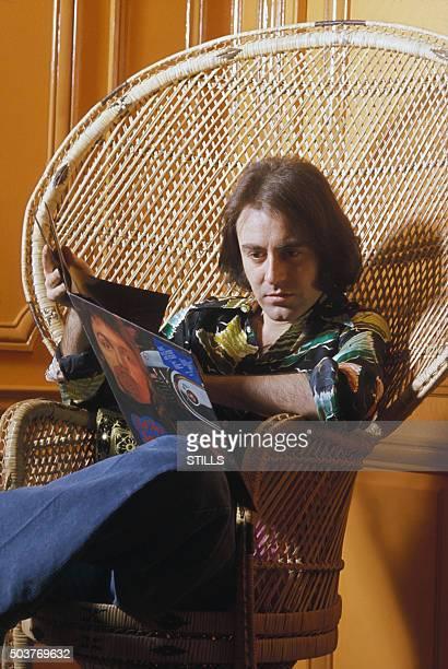Le chanteur Michel Delpech chez lui à Paris France circa 1970