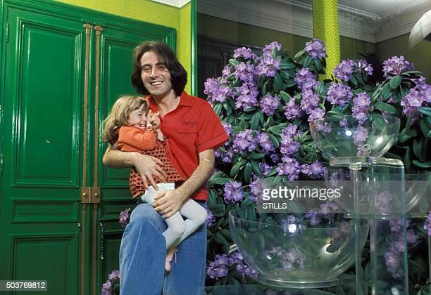 Le chanteur Michel Delpech portant sa fille dans les bras à Paris France circa 1970