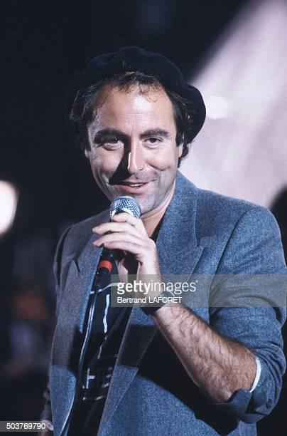 Le chanteur Michel Delpech sur le plateau de l'émission de télévision 'Stars' le 28 septembre 1981 à Paris France