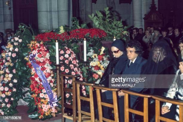 Le chanteur Michel Sardou entouré de sa femme Babette et de sa mère Jackie à l'enterrement de son père Fernand Sardou le 4 février 1976 à Paris en...