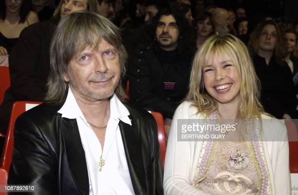 le chanteur Renaud assiste avec sa compagne le 28 février 2004 à Paris à la cérémonie des 19e Victoires de la musique