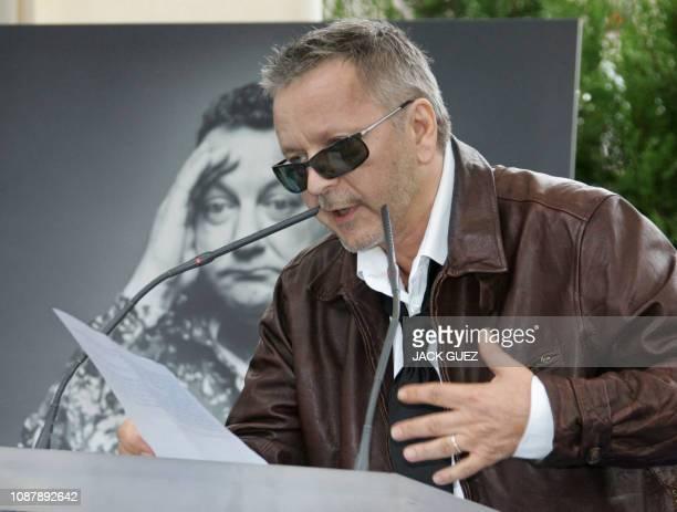 Le chanteur Renaud prononce un discours le 29 octobre 2006 à Paris lors de l'inauguration d'une place dédiée à Coluche mort dans un accident de moto...