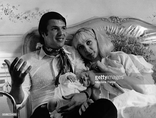 Le chanteur Salvatore Adamo avec sa femme Nicole et leur fils Anthony à la maternité du Belvedere le 25 juillet 1969 à BoulogneBillancourt France
