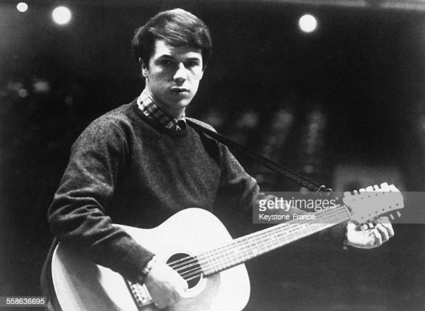 Le chanteur Salvatore Adamo avec sa guitare, à Paris, France, le 1er novembre 1965.