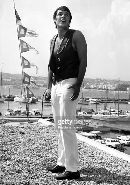 Le chanteur Salvatore Adamo en répétition sur la terrasse de la tour de contrôle du port Canto le 5 août 1967 à Cannes France