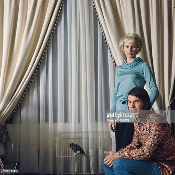 Le chanteur Salvatore Adamo et sa femme Nicole chez eux en 1970 en Belgique