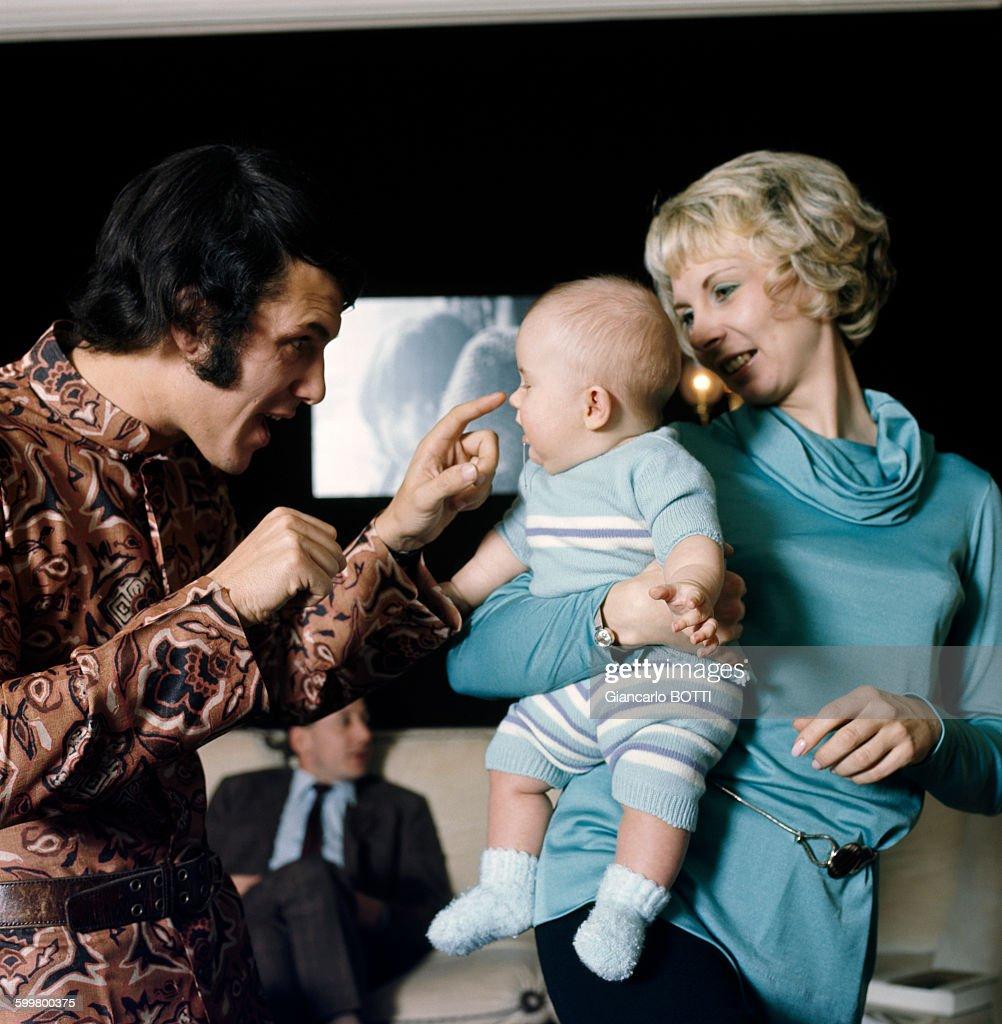 Le chanteur Salvatore Adamo et sa femme Nicole chez eux en 1970, en... News Photo | Getty Images