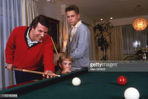 Le chanteur Salvatore Adamo joue au billard ses fils chez lui le 7 octobre 1984, France.