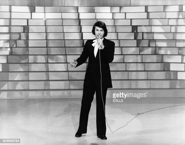 Le chanteur Salvatore Adamo lors d'une emission televisee.