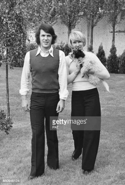 Le chanteur Salvatore Adamo son épouse Nicole et leur chien dans le jardin de leur propriété le 29 mai 1972 Belgique