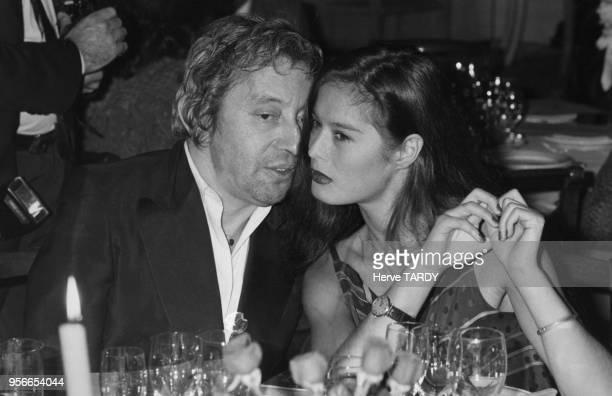 Le chanteur Serge Gainsbourg et sa compagne Bambou lors de la soirée inaugurant la première roulette du casino d'Enghien qui était jusqu'ici...