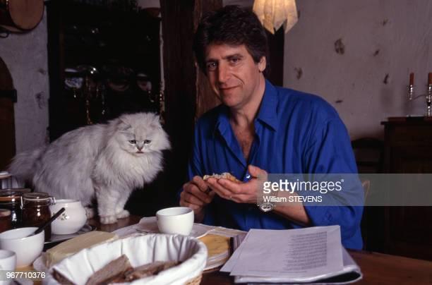 Le chanteur Yves Duteil chez lui le 24 mars 1999 France