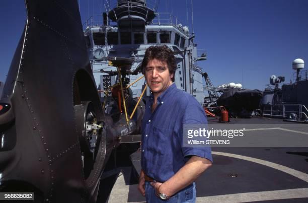 Le chanteur Yves Duteil sur la Jeanne d'Arc croiseur portehélicoptères français en avril 1999