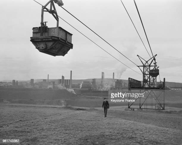 Le charbon est transporté par wagonnet de la mine de Reden aux aciéries dans la Sarre en France le 27 mars 1947