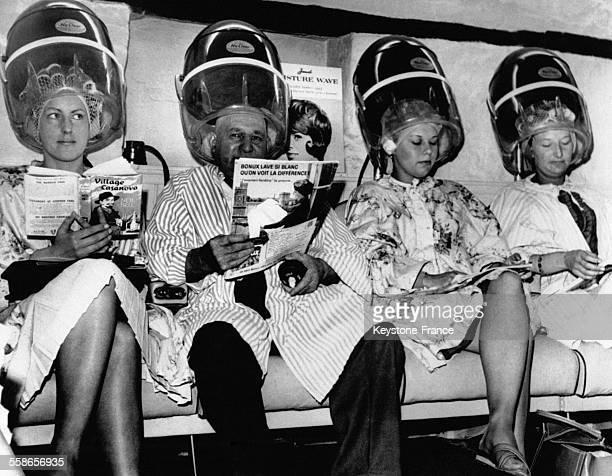 Le chauve Jim Cripps recevant son prix qu'il a gagne lors d'une fete de village un shampoing gratuit chez le coiffeur du coin est assis aux cotes...