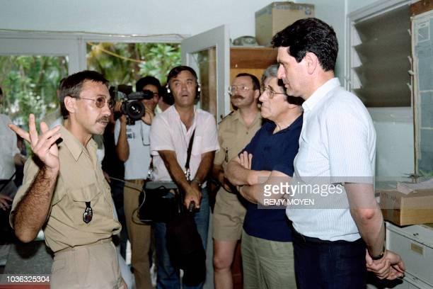 Le chef de brigade Lacroix , témoin de l'attaque de la gendarmerie de Fayaoué par des indépendantistes canaques, le 22 avril 1988, s'entretient avec...