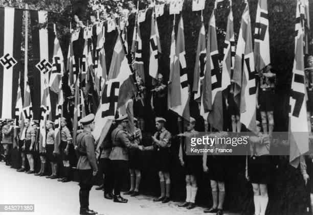 Le chef de la Moselle ou Gau Moselland Rolf Karbach consacre les nouveaux drapeaux des Jeunesses Hitlériennes et HerbertNorkus le 4 juin 1941 à...