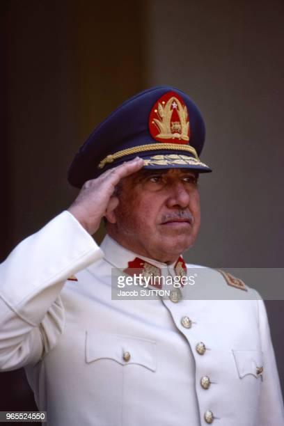 Le chef de l'Etat Augusto Pinochet lors du passage des troupes en revue au siège de l'Armée chilienne le 19 janvier 1984 à Santiago, Chili.