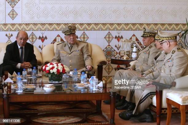 Le chef d'état major algérien Ahmed Gaid Salah a reçu le ministre de la défense JeanYves Le Drian le 20 mai 2014 à Alger Algérie