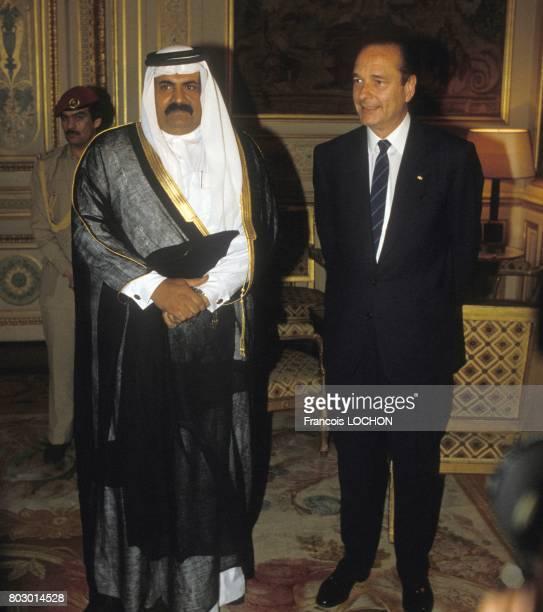 Le Cheik Hamad ben Khalifa alThani prince héritier du Qatar reçu par le maire de Paris Jacques Chirac le 15 juin 1987 à Paris France