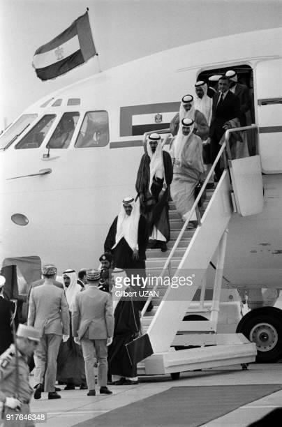 Le cheikh Zayed ben Sultan Al Nahyane est accueilli par Valéry Giscard d'Estaingà son arrivée à Paris en France le 3 juillet 1975