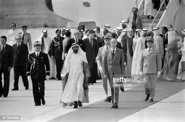 Le cheikh Zayed ben Sultan Al Nahyane est accueilli par Valéry Giscard d'Estaing à son arrivée à Paris en France le 3 juillet 1975