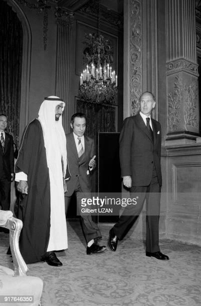 Le cheikh Zayed ben Sultan Al Nahyane et Valéry Giscard d'Estaing lors du dîner officiel au palais de l'Elysée à Paris en France le 3 juillet 1975
