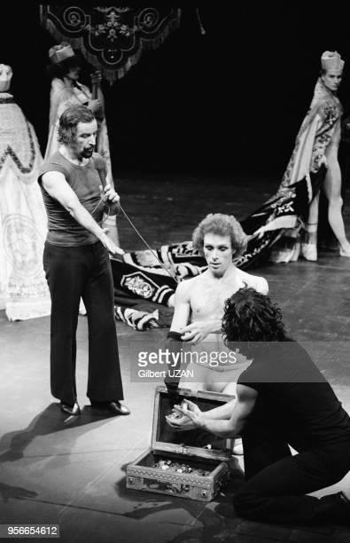 Le chorégraphe Maurice Béjart et le danseur Jorge Donn lors des répétitions du ballet 'Notre Faust' le 6 janvier 1976 à Paris, France.