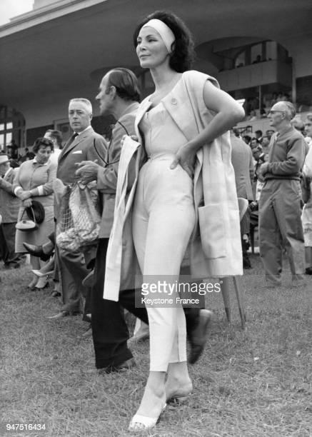 Le célèbre mannequin Lucky lance la dernière mode aux courses de Deauville Un pantalon et une petite de lin qui moule parfaitement le corps Le 15...