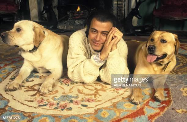 Le coiffeur Alexandre Zouari avec ses labradors en janvier 1994 a Paris France