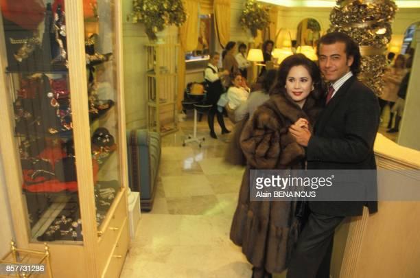 Le coiffeur Alexandre Zouari dans son salon parisien avec Dewi Soekarno en janvier 1994 a Paris France