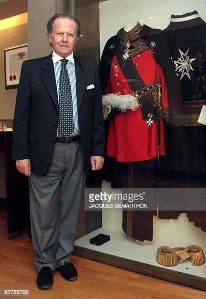 Le collectionneur Italien Antonio Benedetto Spada pose le 9 septembre 2008 devant des uniformes de l'ordre de Malte dans la salle de Malte du muse de...
