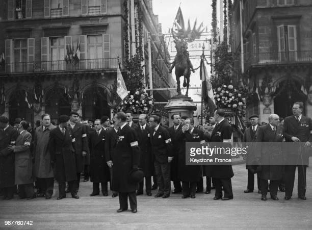 Le colonel de La Rocque avec les membres des 'Croix de feu' devant la statue de Jeanne d'Arc à Paris France le 19 mai 1935