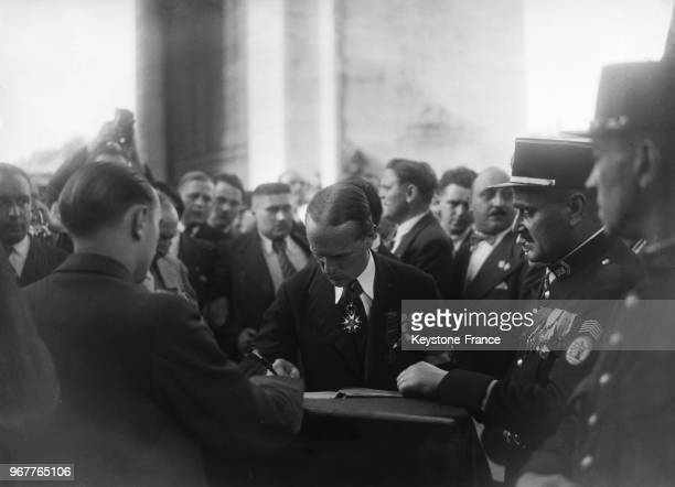 Le colonel de La Rocque chef des 'Croix de Feu' et leader des partis de droite signe le Livre d'Or de l'Arc de Triomphe à Paris France le 14 juillet...