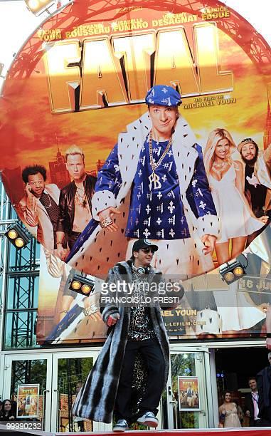 Le comédien chanteur et animateur de radio et de télévision Michael Youn chante le 19 mai 2010 devant le cinéma Kinepolis de Lomme où il est venu en...