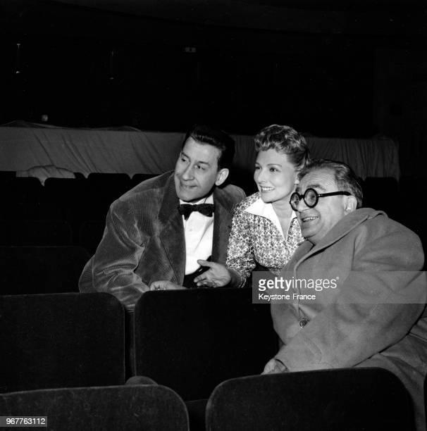 Le comédien et metteur en scène Pierre Dux en compagnie de la comédienne Simone Renant et de l'auteur dramatique Marcel Achard lors de la répétition...