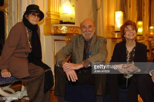 le comédien JeanPierre Marielle pose avec sa compagne Agathe et la réalisatrice Nadine Trintignant après avoir été fait officier de l'Ordre national...