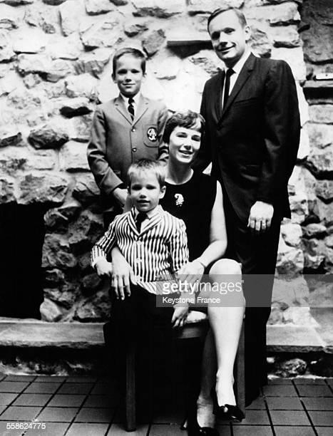 Le commandant de la mission Apollo 11 Neil Armstrong photographié en compagnie de sa femme Janet et des ses deux fils Eric et Mark à Washington DC le...
