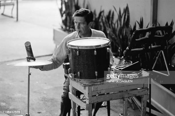 Le compositeur de musique John Cage avec la Merce Cunningham Dance company au Festival Avant-Garde au Ravinia Park de Chicago, Etats-Unis, juillet...