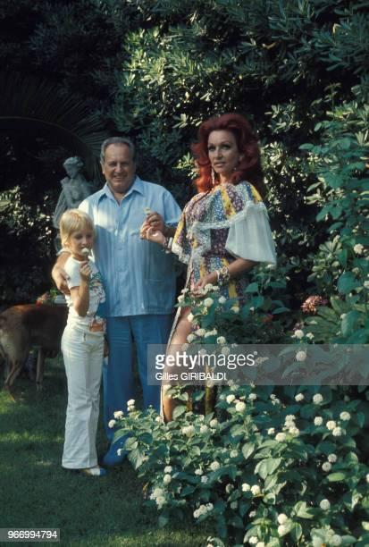 Le compositeur et producteur Francis Lopez avec son fils Rodrigo et son épouse Anja dans leur villa le 28 juillet à Cannes France