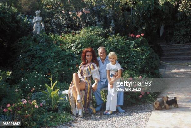 Le compositeur et producteur Francis Lopez avec son fils Rodrigo et son épouse Anja dans leur villa le 28 juillet 1973 à Cannes France