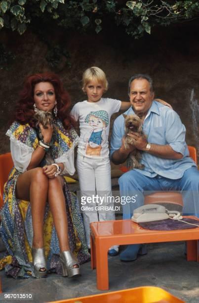 Le compositeur et producteur Francis Lopez avec son fils Rodrigo son épouse Anja et leurs chiens Yorkshire dans leur villa le 28 juillet 1973 à...
