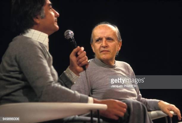 Le compositeur italien de musique de films Nino Rota sur le plateau d'une émission de télévision en compagnie de JeanClaude Brialy en novembre 1978 à...