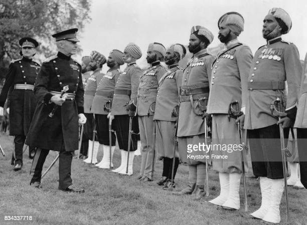 Le comte de Cavan commandant en chef des troupes présentes pour le couronnement inspecte le contingent indien à Hanpton Court RoyaumeUni en mai 1937