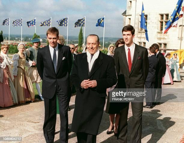 Le Comte de Paris Henri d'Orléans arrive dans la cour du château d'Amboise le 27 septembre 1987 à l'occasion de la cérémonie de présentation...